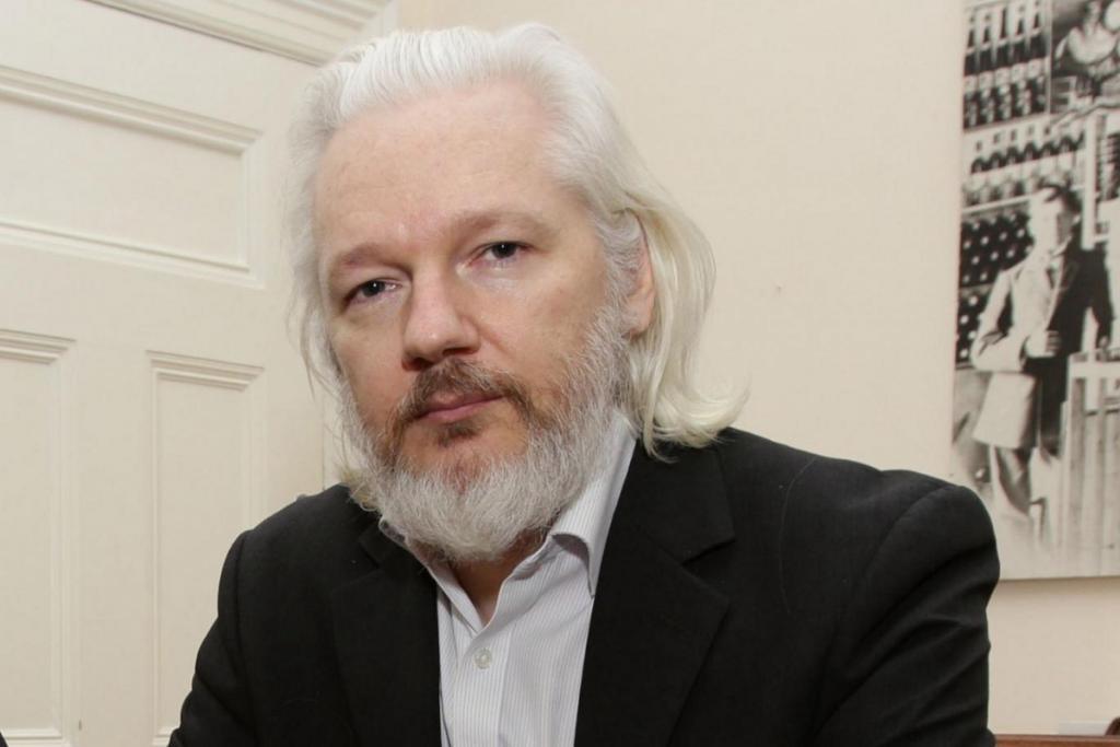 Parlamentares britânicos pedem extradição de Assange para a Suécia