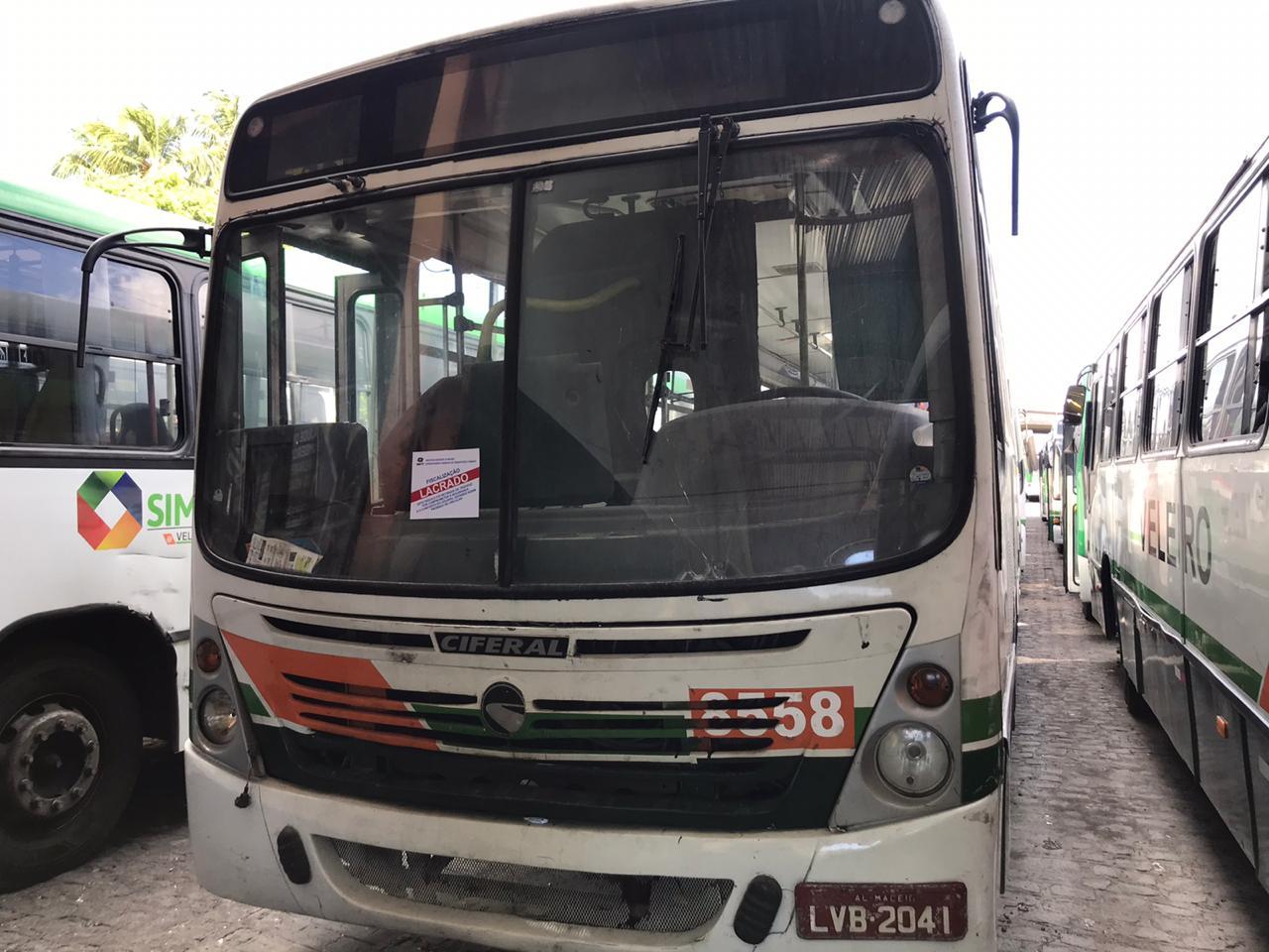 Fiscalização da SMTT lacra 50 ônibus em Maceió