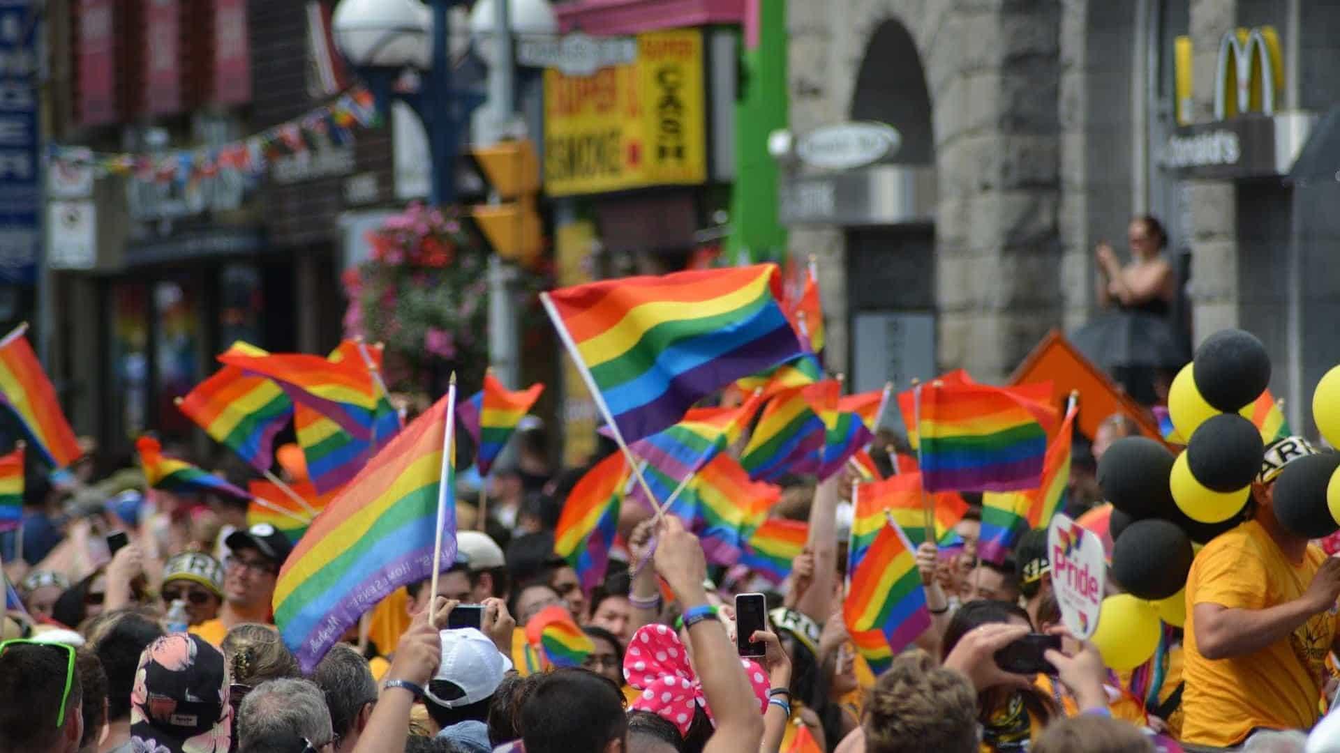 Setor de serviços treina equipes para atender bem o público LGBT