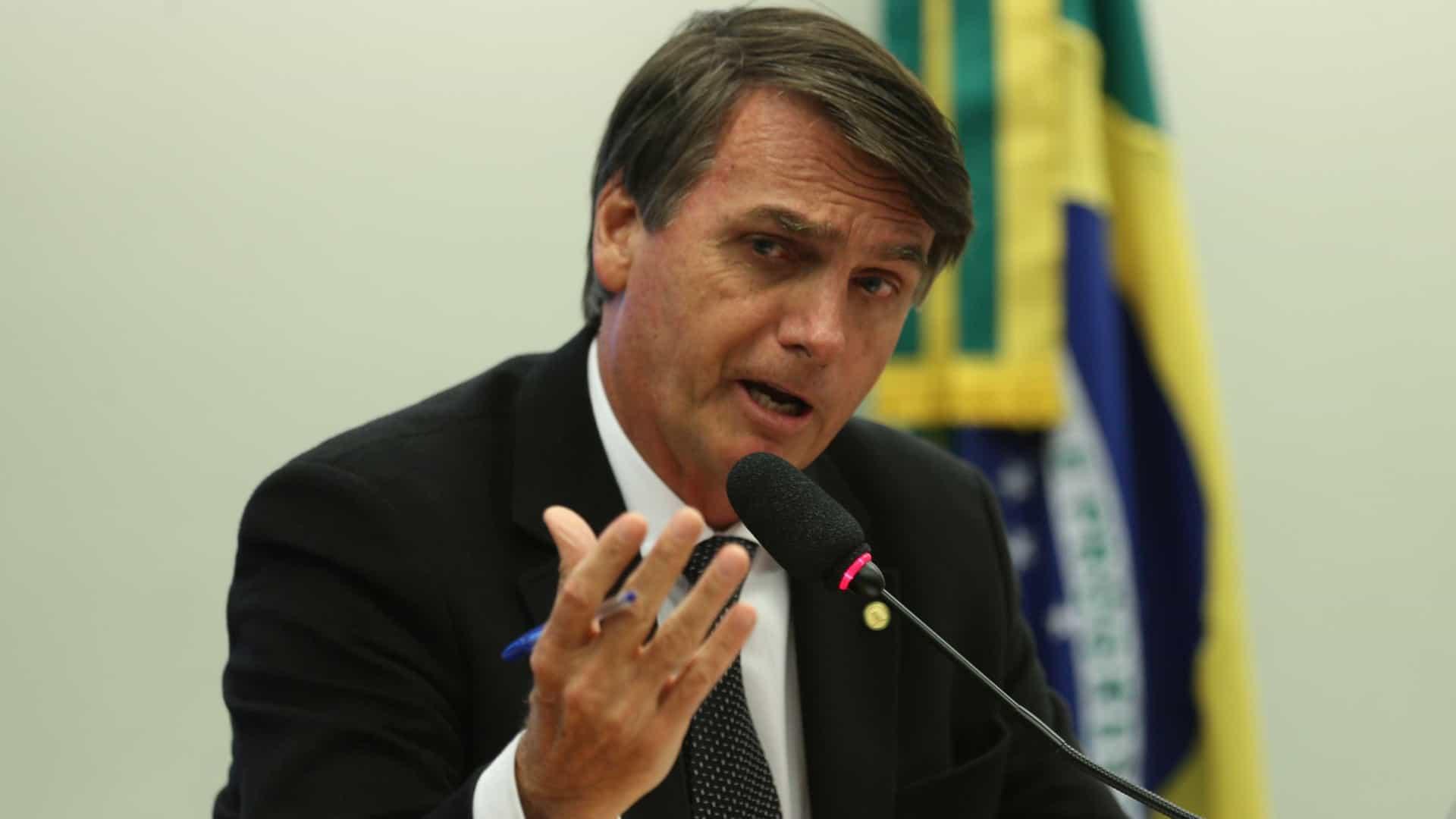 Aprovação pessoal de Bolsonaro cai 9,7 pontos desde fevereiro de 2019