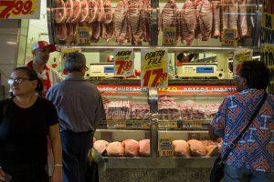 Após 3 quedas, confiança do consumidor sobe em setembro