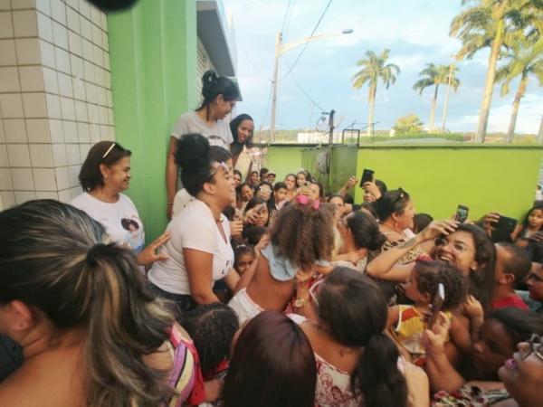 Alagoana, ex-BBB Rízia é recebida por multidão na volta para casa
