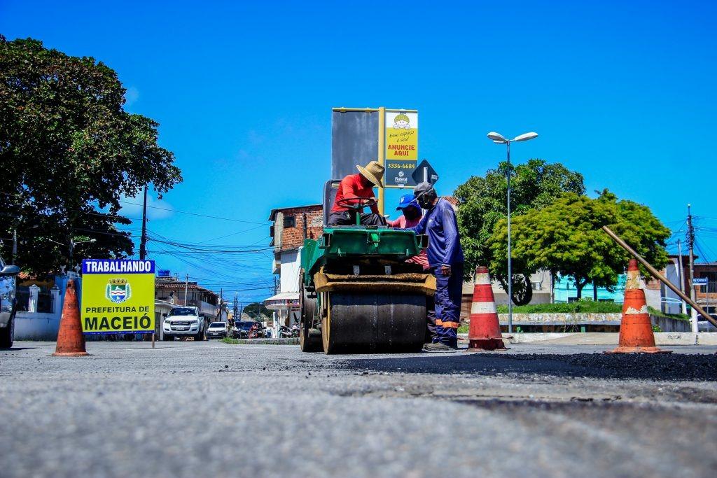 Ruas de Maceió passam por manutenção de vias e drenagem