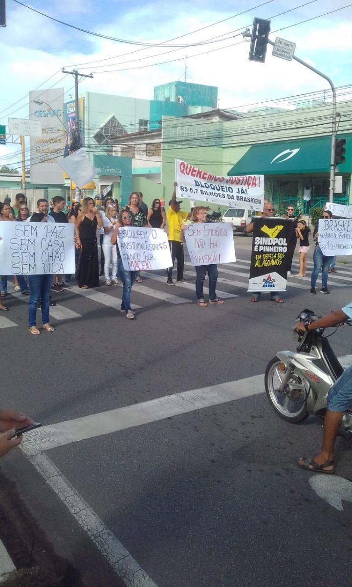 Moradores e comerciantes do Pinheiro realizam manifestação por bloqueio de R$ 6,7 bilhões