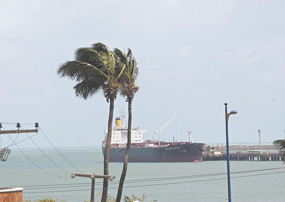 Marinha emite alerta para ventos fortes e ressaca no mar do litoral alagoano