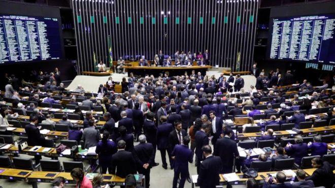 PSB abre processo contra deputados que votaram a favor da reforma da previdência