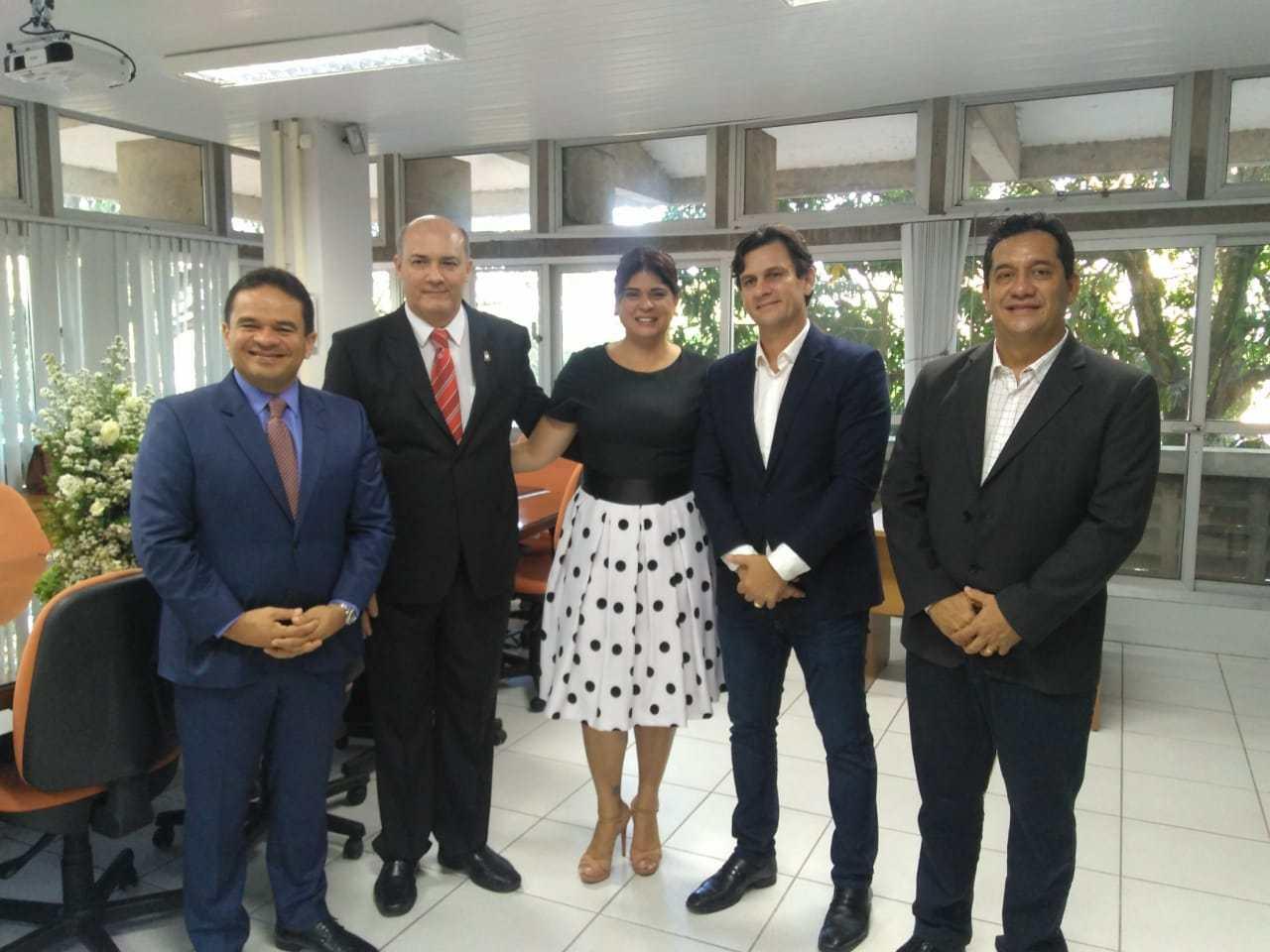 Deputados e governador participam de transmissão de cargo do novo reitor da Ufal