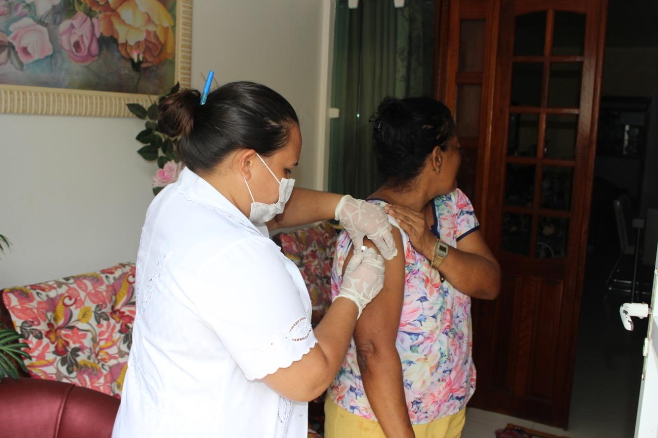 Prefeitura de Porto Calvo promove vacinação de idosos contra a H1N1 em domicílio