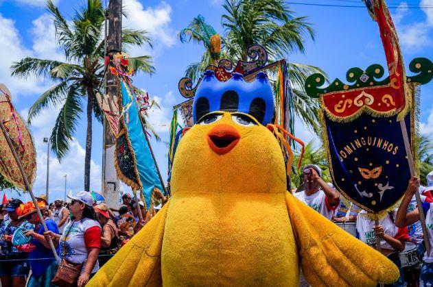 Prévias carnavalescas levam foliões à orla de Maceió