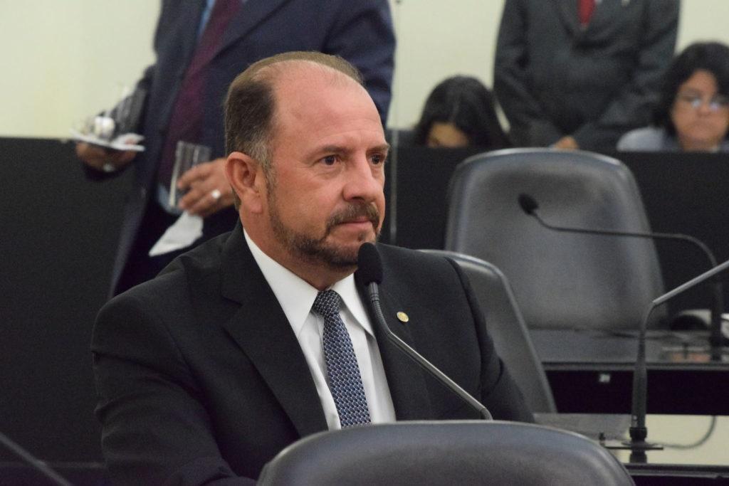Antônio Albuquerque ataca decreto de isolamento e ameaça agentes em Maceió