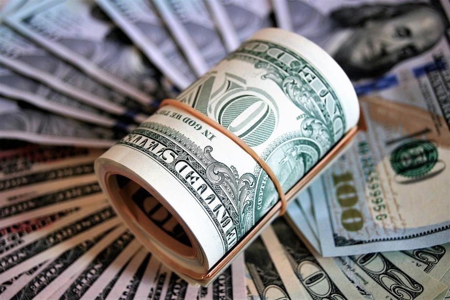Dólar comercial opera em queda e é vendido a R$ 4,95
