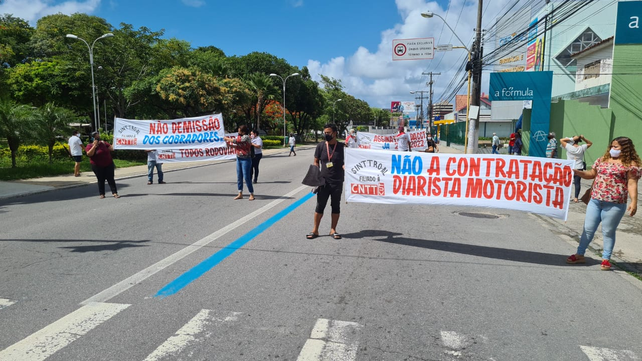 Sindicalistas bloqueiam circulação de ônibus na Praça Centenário
