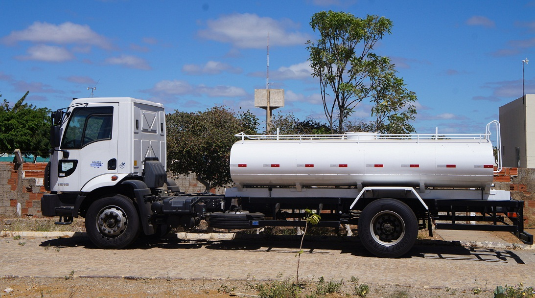 Codevasf entrega caminhões-pipa e retroescavadeiras a 11 municípios nesta sexta-feira